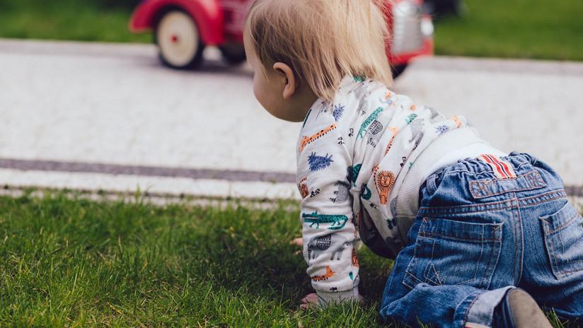 VIDEO: Una niña de 2 años sale ilesa tras ser atropellada por un automóvil