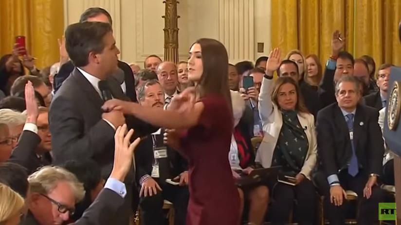 ¿Tocó el periodista a la becaria o al revés? La bronca de Trump a Acosta acaba en debate en la Red