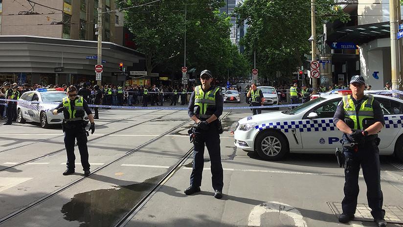 VIDEO: Coche se incendia tras colisionar y el conductor ataca a personas con cuchillo en Australia