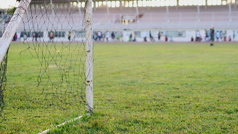 VIDEO: Un padre empuja a su hijo de 6 años que debutaba en la portería para impedir un gol