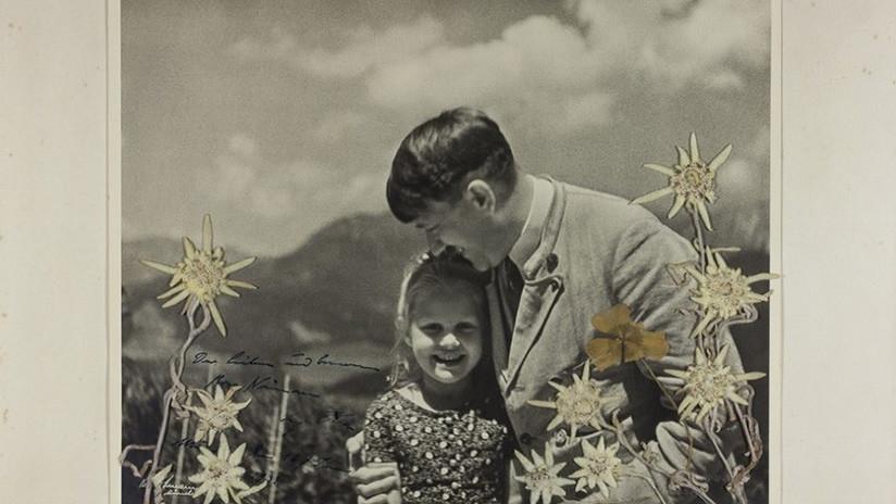 Subastan una foto de Hitler abrazando a una niña de ascendencia judía