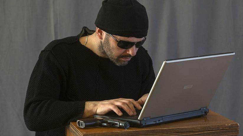 Un delincuente lanza una encuesta en Facebook para que sus amigos decidan si debe seguir a la fuga