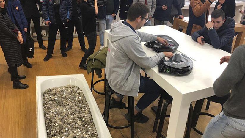Lleva una bañera con 100.000 rublos en monedas a la tienda para comprar un iPhone XS (FOTO)