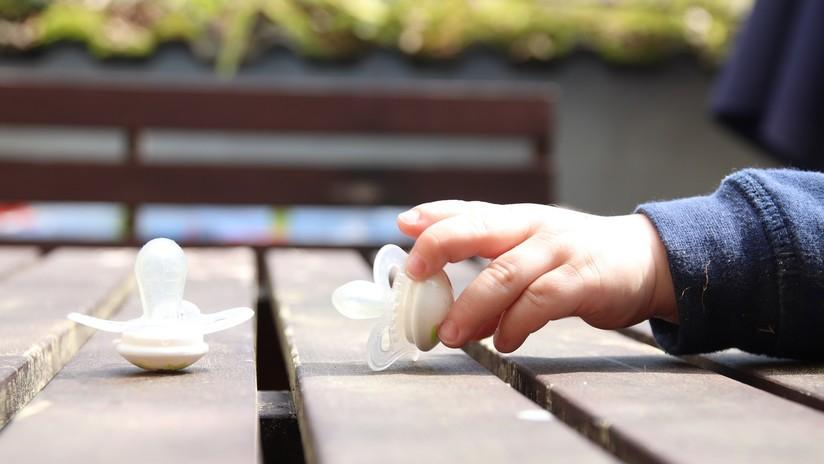 Revelan que limpiar el chupete al bebé con saliva reduce el riesgo del desarrollo de alergias y asma