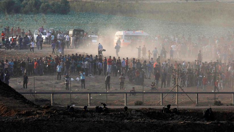 Un camarógrafo de AP debidamente identificado es herido durante una protesta en la Franja de Gaza