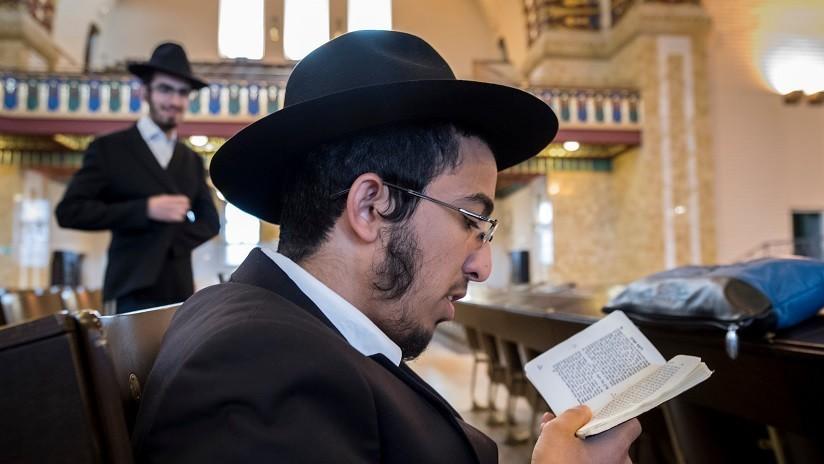 VIDEO: Captan a un rabino leyendo un texto sagrado en pleno partido de fútbol y el video se viraliza