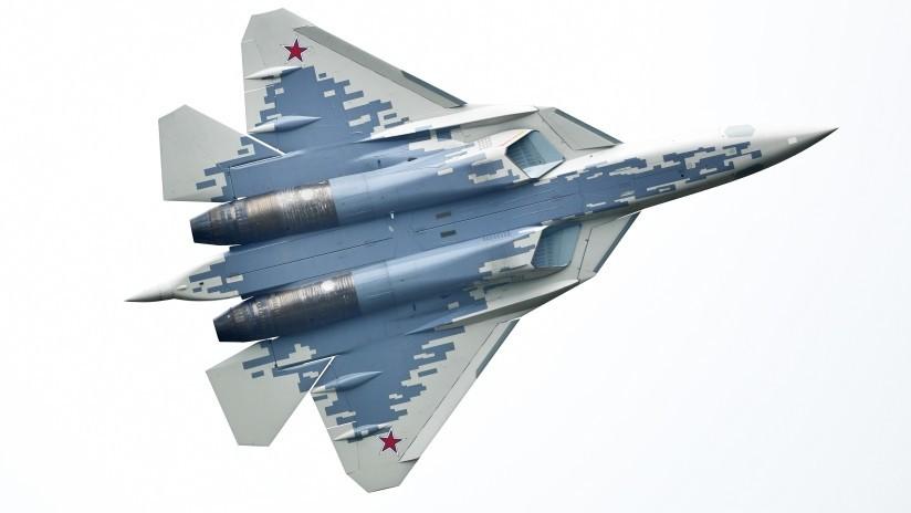VIDEO: Un Su-57 rota en su propio eje tras desfilar junto a una escuadrilla de avanzados cazas