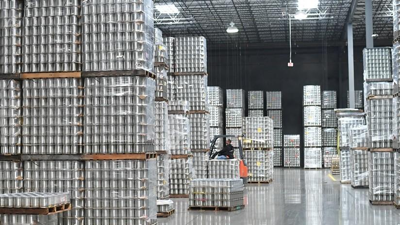 Efecto dominó: Conductor de montacargas provoca el derrumbe de todo un almacén (VIDEO)