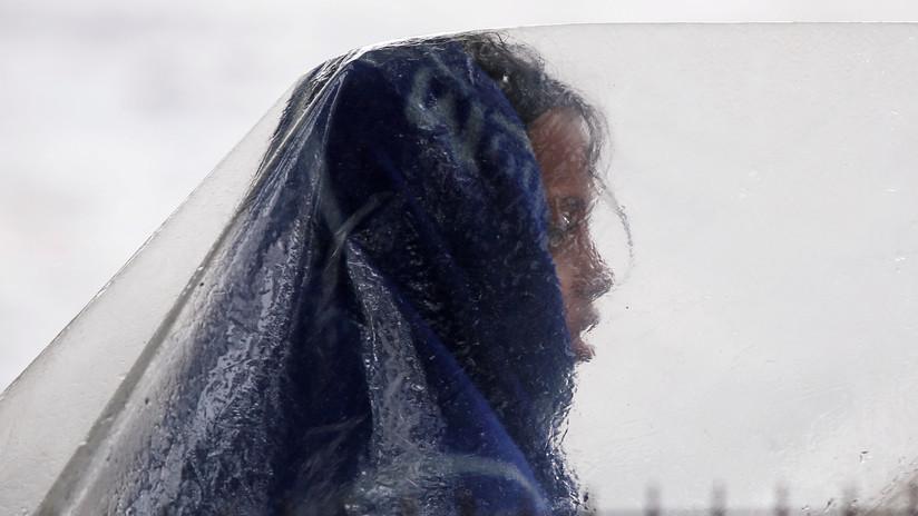 Una niña obligada a dormir en la calle por menstruar muere impactada por el ciclón Gaja en la India