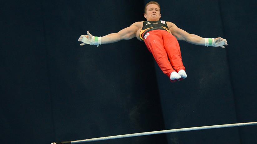 VIDEO: Un gimnasta británico vuela casi 6 metros de una barra a otra estableciendo un récord mundial