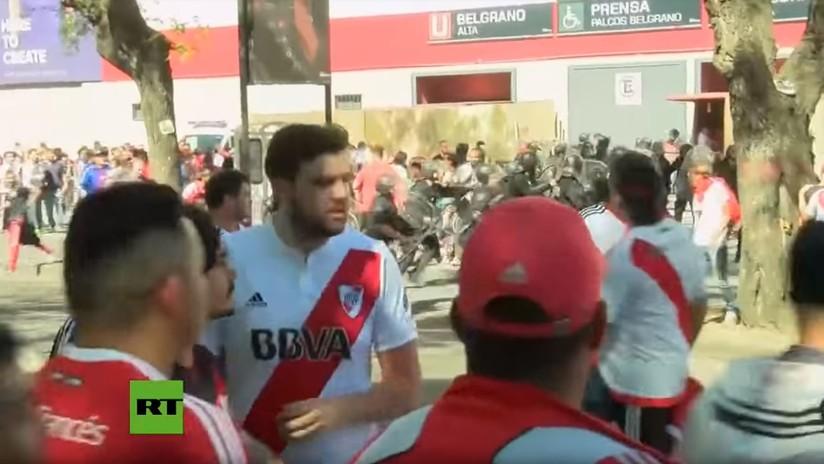 VIDEO: Momento en que hinchas de River Plate atacan con piedras el bus del equipo de Boca Juniors