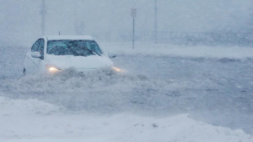 VIDEOS Y FOTOS: Fuerte tormenta de nieve provoca el caos en carreteras y aeropuertos de EE.UU.