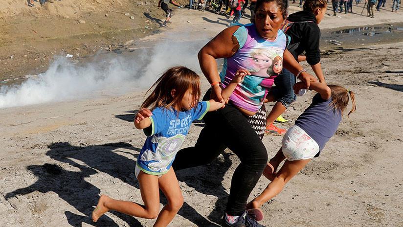 """""""Niños ahogándose con gas lacrimógeno"""": Critican a EE.UU. por su trato a la caravana de migrantes"""