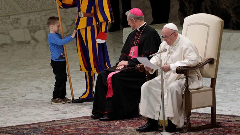 VIDEOS: Un niño mudo revoluciona una audiencia del papa Francisco en el Vaticano