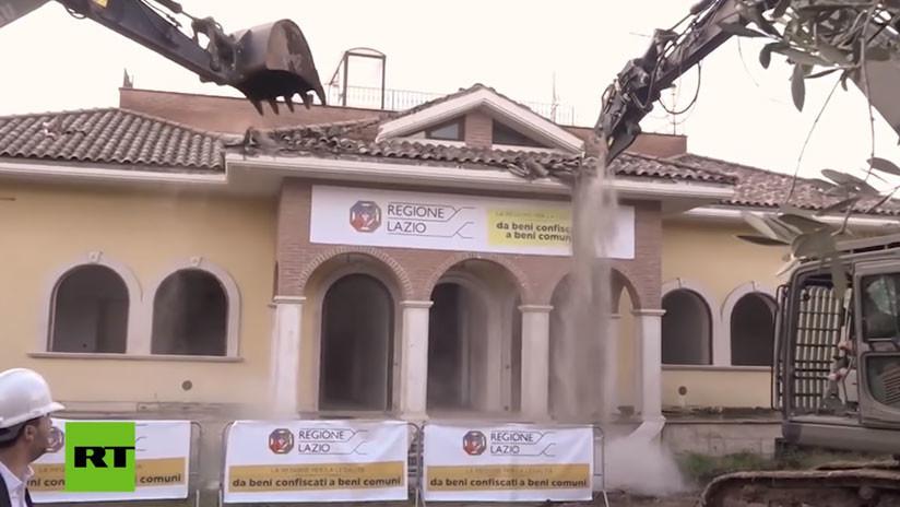VIDEO: Salvini inaugura el derribo de una mansión ilegal de la mafia en Roma