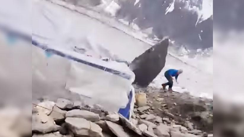¡Por los pelos! Escalador se libra de una muerte segura al esquivar enorme roca desprendida (VIDEO)
