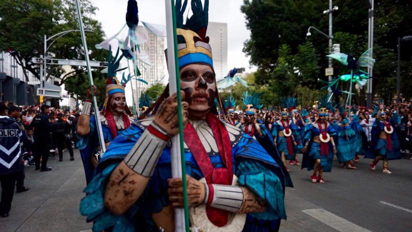 Hombres escenifican la llegada a Aztlán, lugar mítico de donde se cree provienen los aztecas. / CDMX Comunicación Social