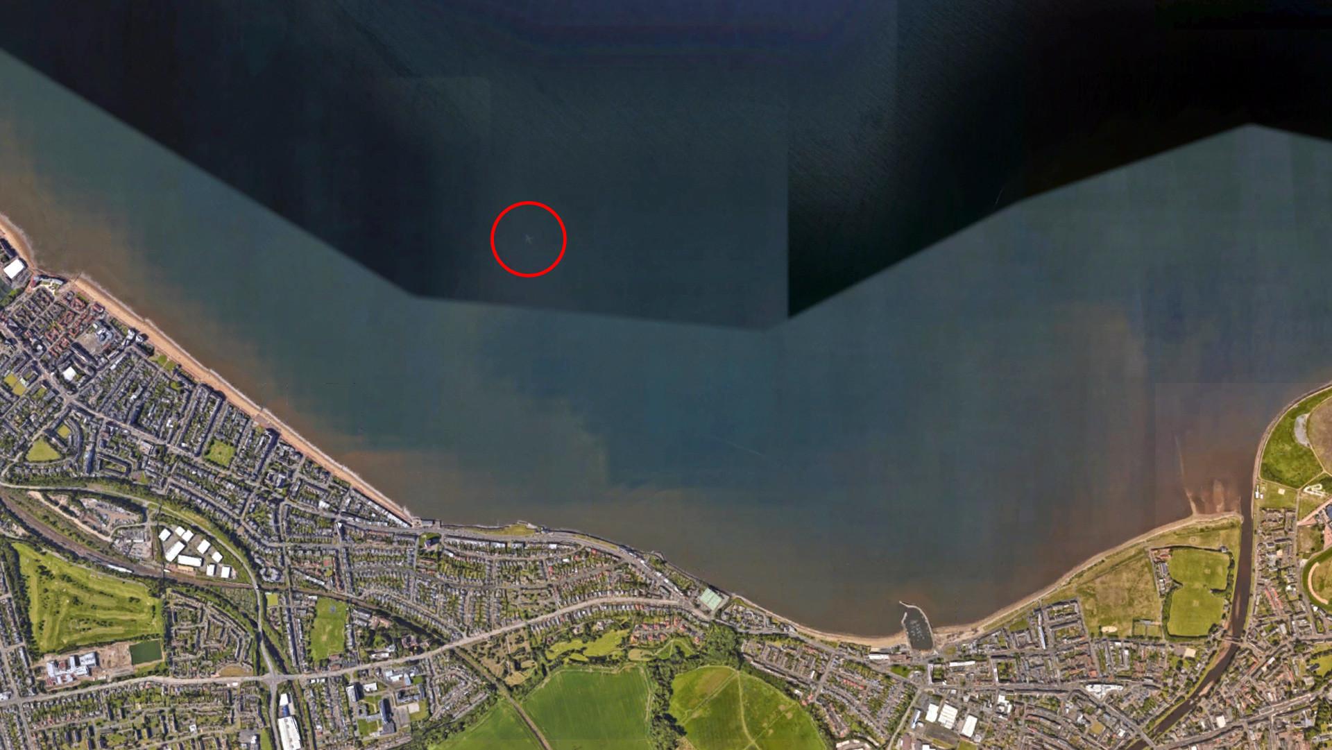 Google Earth y un extraño avión 'sumergido' en el mar