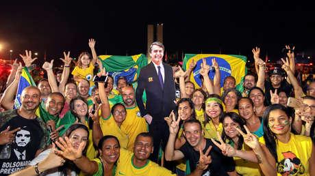 Seguidores del próximo presidente brasileño, el ultraderechista Jair Bolsonaro, celebran su triunfo en Brasilia, el 28 de octubre del 2018.