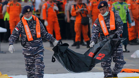 Personal de la Marina lleva los restos de una víctima del avión Lion Air que se estrelló en el mar de Java, Indonesia, el 1 de noviembre de 2018.