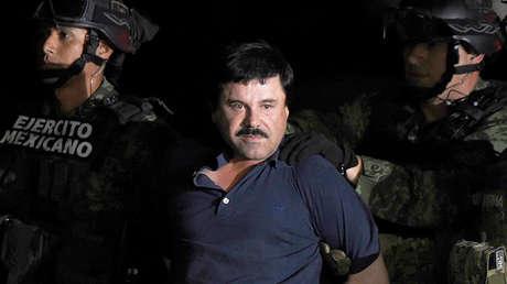 Joaquín 'El Chapo' Guzmán Loera sube escoltado a un helicóptero en Ciudad de México, el 8 de enero de 2016.