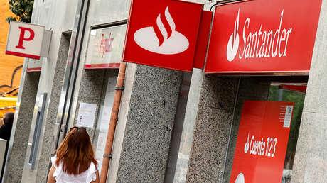 Una mujer pasa frente a una oficina del Banco Santander en Barcelona (España). 7 de Junio de 2017.