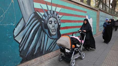 Mujeres pasan frente a un mural contra EE.UU. durante una protesta en Teherán, Irán, el 4 de noviembre de 2018.
