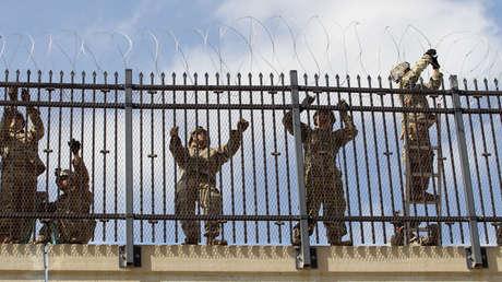 Soldados estadounidenses instalan alambre de púas en McAllen, Texas, el 5 de noviembre de 2018.