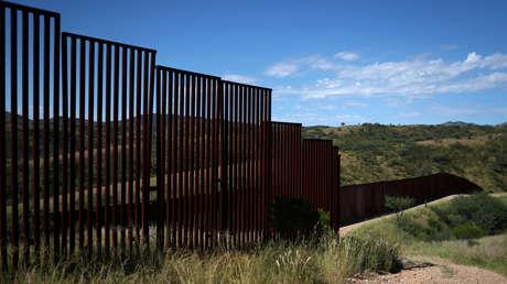 Vallas en la frontera de EE.UU. con México, vistas desde la parte estadounidense, en Nogales, Arizona.