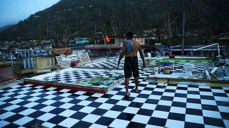 Puertorriqueño en los escombros de su casa en Yabucoa, Puerto Rico, tras el paso del huracán María. 26 de septiembre de 2017.