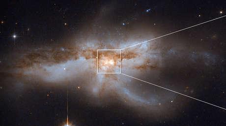 Agujeros negros en colisión dentro de la galaxia NGC 6240, que se formó por la fusión de dos galaxias.