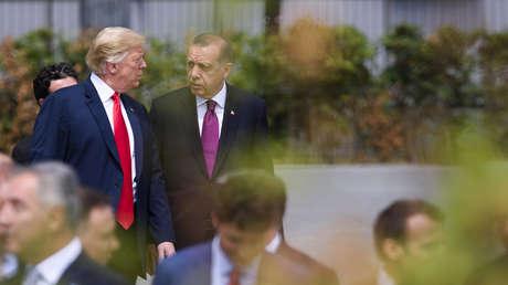 El presidente estadounidense, Donald Trump, con su homólogo turco, Recep Tayyip Erdogan, en una cumbre de la OTAN en Bruselas,  11 de julio de 2018.