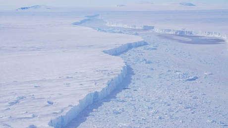 Una panorámica desde cerca del glaciar de Pine Island y el agua que los separa del iceberg B-46, el 7 de noviembre de 2018