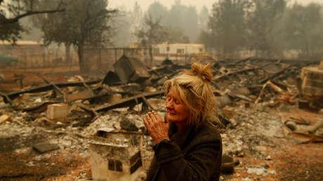 Mujer cerca de los restos de su casa en la localidad de Paradise, California, el 9 de noviembre de 2018.
