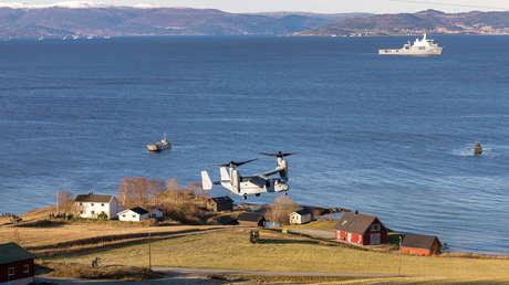 Una aeronave V-22 Osprey y buques de guerra durante los ejercicios  Trident Juncture 2018 frente a las costas de Trondheim, Noruega, 30 de octubre de 2018.