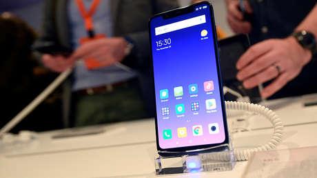 El teléfono inteligente Xiaomi Mi 8 Pro en un evento de lanzamiento en Londres (el Reino Unido), 8 de noviembre de 2018.