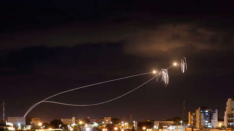 El sistema de defensa antiaérea Cúpula de Hierro intercepta dos proyectiles lanzados desde la Franja de Gaza, 27 de octubre de 2018