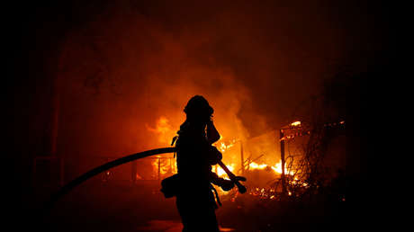 Los bomberos combaten el incendio 'Woolsey' en Malibú, sur de California (EE.UU.), el 9 de noviembre de 2018.