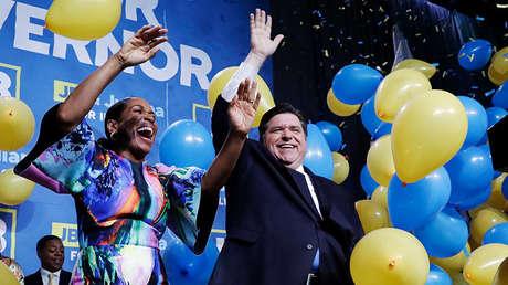Juliana Stratton y J.B. Pritzker después de derrotar al gobernador de Illinois, Bruce Rauner, en las elecciones, el 6 de noviembre de 2018.