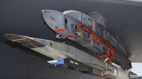 Un bombardero B-52 de la Fuerza Aérea de EE.UU. se prepara para llevar al Vehículo Hipersónico X-51 para una prueba de lanzamiento en la base de Edwards AFB, California, en 2013.