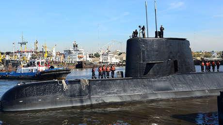 El submarino militar argentino ARA San Juan y su tripulación partiendo del puerto de Buenos Aires, el 2 de junio de 2014.
