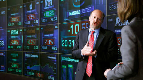 El analista de CNBC Jim Cramer habla con una reportera en NASDAQ Marketsite, Nueva York, el 16 de enero de 2008.