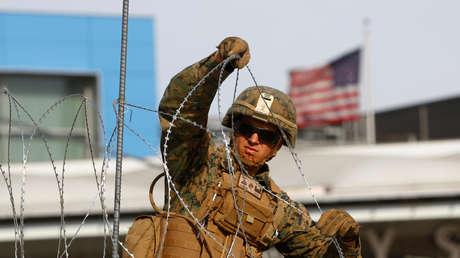 Un marine en la frontera entre México y EE.UU. se prepara para la llegada de inmigrantes, el 13 de noviembre de 2018.