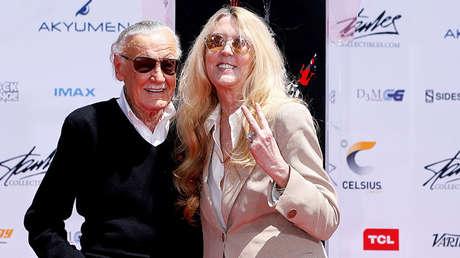 Stan Lee posa con su hija, Joan Lee, en el patio de un teatro de Los Ángeles, California (EE.UU.), el 18 de julio de 2017.