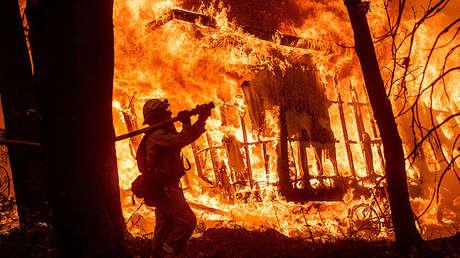 Un bombero lucha combate el fuego en Magalia, California (EE.UU.), el 9 de noviembre de 2018.