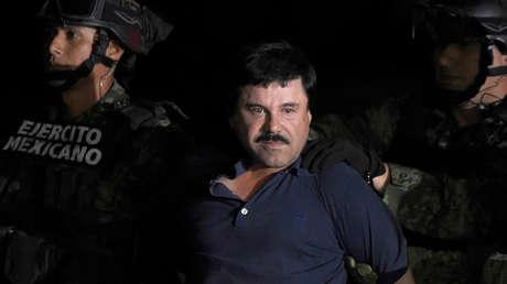 Joaquín 'El Chapo' Guzmán es escoltado en el aeropuerto de Ciudad de México, 8 de enero de 2016.
