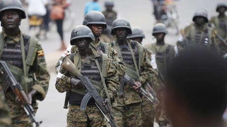 Soldados ugandeses patrullan una calle en Kampala, la capital del país, el 20 de febrero del 2016.