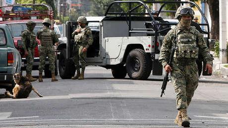 Soldados de la Marina Nacional resguardan el área después de un tiroteo entre miembros del crimen organizado y la Armada de México, en Ciudad de México, México, el 20 de julio de 2017.
