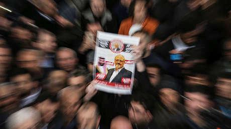 Miembros de la Asociación de Prensa Turco-Árabe y amigos realizan plegarias en los funerales por Jamal Khashoggi, Estambul, el 16 de noviembre de 2018.