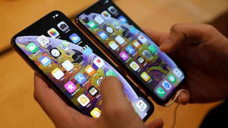 Comparación entre un iPhone XS (derecha) y un XS Max en una tienda de Apple, Singapur, 21 de septiembre de 2018.